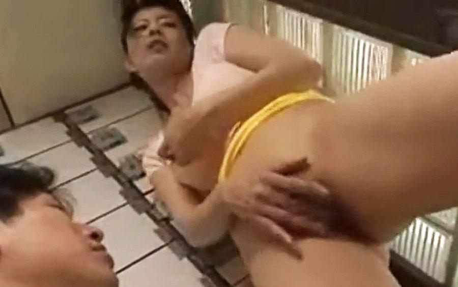 じゅくじゅくに熟れたマンコで銭湯の番台さんを誘惑する痴女…閉店後の銭湯でマン汁撒き散らす三浦恵理子の悶絶FUCK