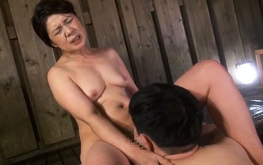 孫のチンポに貪りつくお婆ちゃん…温泉旅館でまったり交尾をたのしむ大槻美登利の近親相姦!