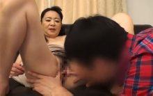 童貞チンポを見て異常に興奮するおばさん…閉経していてもメス!筆おろしセックスで淫れまくる真下ちづる!