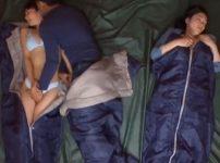 ママ友も一緒に寝ている狭いテントの中で夜這いされた加藤あやのが理性崩壊!?狂ったようにイキ悶える寝取られSEX