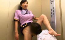 一条綺美香が逃げ場のないエレベーターでチンポ見せられ欲情…閉経マンコが暴走する激イキFUCK!